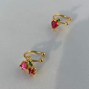 Superfina earcuff, 18k guldpläterade i nyskick. Finns 3 varianter: Körsbär, jordgubbe eller vindruva 🍒🍓 59kr styck, 2 för 110kr, 3 för 149kr😇