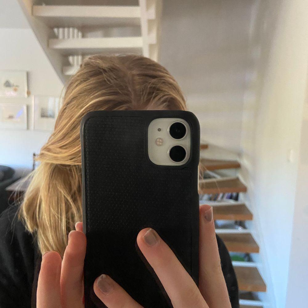 Säljer detta svarta mobilskal från ideal of sweden. Säljer pga att jag har jättemycket skal och använder inte detta.  Köpt för 150kr och säljer för 60🥰på ideal of Swedens skal brukar det stå ideal of Sweden men detta skal fick jag me i ett fodral och därför står det ej! JAG BJUDER PÅ FRAKTEN. Accessoarer.