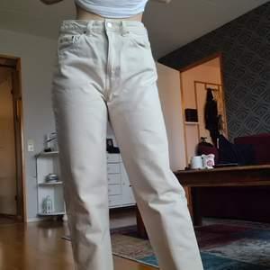 Helt nya jeans från weekday i modellen Lash. Säljer pga felstorlek. Jag är xs/s som referens. Passar nog en M