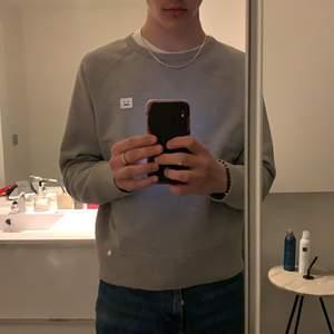 Grå acne studios tröja i storlek s. Skön tröja som jag tyvärr växt ur, den är även i väldigt bra skick fortfarande. Bud från 450kr! (OBS, köpare står för frakt!)