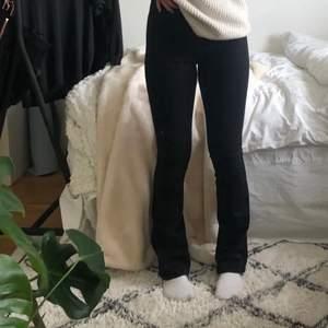 Säljer nu mina flared denim bootcut jeans pågrund av att de är försmå, köpta för 299 men säljer för 50😄 strl xs (lånade bilder)