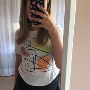 En super fin t-shirt från Monki. Super skönt tunt material. T-shirten är i stl XXS men funkar lika bra till M. Aldrig använd därav är den o bra skick💕💕❤️ köparen står för frakt🦹🏼♀️🦹🏼♀️