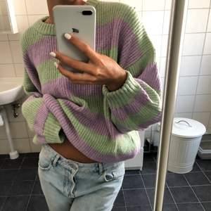Väldigt fin stickad tröja från Strandivarius i storlek S! Eftersom det är så många intresserade så blir det budgivning från 100 kr plus frakten 💕