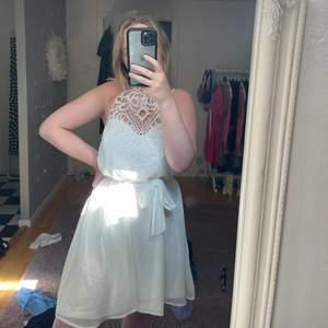 Säljer denna helt oanvända studentklänning då jag köpte två st. Endast testat men lappen kvar. Storlek 36 men passar mig som är en vanlig 38 💕💕 passar ca S-M