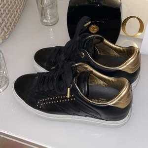 Jätte snygga Zadig & Voltaire skor, köpta för ca 2 veckor sedan och endast använt fåtal gånger så är i jättebra skick!!💞 Skriv för fler bilder☺️ Nypris 2150kr