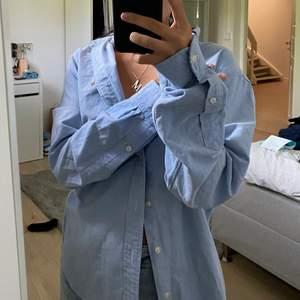 Äkta polo skjorta som är min brors! Han vill sälja då han inte använt på flera år! Den är även sparsamt använd!!