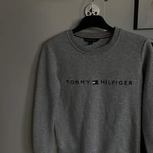 Säljer en sweatshirt ifrån tommy hilfiger i strl xs. Aldrig använd. Säljer då jag inte får någon användning för den. Köptes i Usa för nypris: 700.☺️ Säljer för 200 kronor + frakt (då jag vill bli av med den)
