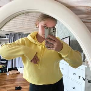 Säljer min gula kroppade hoodie, använd 1 gång (jättemjuk) 🤩 köpare står för frakt