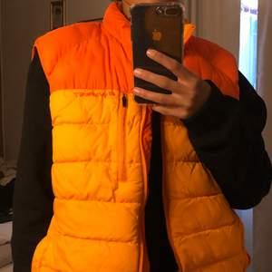 Orange everest väst som inte kommer till användning. Jag är ca 163cm lång och den är lite under höfterna på mig. Kan mötas upp i uppsala annars tillkommer frakt!🧚🏽♀️