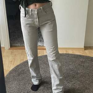 Lågmidjade levis jeans bra skick, passar mig som har 27-26 i midja:)