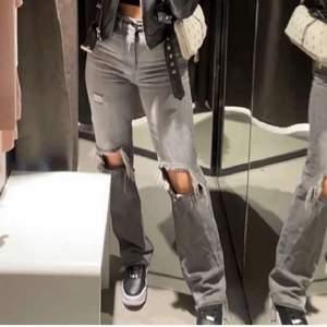 Gråa jeans från prettylittlething, då jeansen inte finns kvar på hemsidan. Storleken är 32 men passar även för större (32-36) ❤️ köpte för 500kr använda fåtal gånger