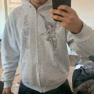 Nästan helt oanvänd grå zip hoodie från ONE of one. Passar alla kön och sitter otroligt skönt på kroppen.