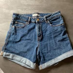 Priset inkluderar frakten. Vanliga jeansskjorts tajta i strl M, något stretchiga. Använda fåtal ggr och i fint skick.