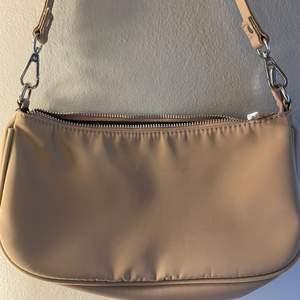 Beige väska från Gina i nyskick använd Max 2ggr