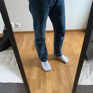Mörkblå Levis jeans i modellen 501, storlek W31 L32. Knappt använd och inga tecken på användning. (Inga skador eller fläckar osv). Sitter tajtare på mig då jag växt ur dom, annars sitter dom ganska avslappnat, speciellt vid vaderna då dom är lite bootcut.