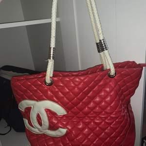 Fin röd väska som tyvärr inte kommit till användning på några år endast legat i garderoben och därför känner jag att den behöver ett nytt hem där den används ☺️