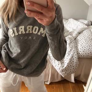 Sweatshirt från Morris🤍 Nyköpt. Har dock en liten fläck på armen som inte går bort (har tvättat den), därav priset! Kontakta mig för fler bilder🥰