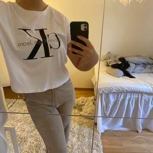 Säljer denna vita Calvin klein T-shirt. Köpt för 499 kr säljer för 169 kr + frakt💞