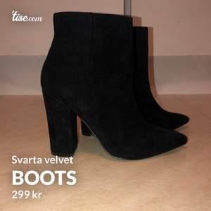 Helt oanvända svarta velvet högklackade boots.   Storlek: 38 Ni hittar mig även på Tise!