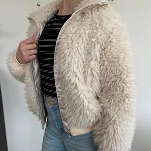 Säljer min fina oanvända jacka med lurvigt tyg🤍 den har en krage, dragkedja o mudd i alla ändar. Den är inte överdrivet varm men perfekt en mysig sommarkväll!! Fler bilder o frågor på PM, köpare står för frakt🖤