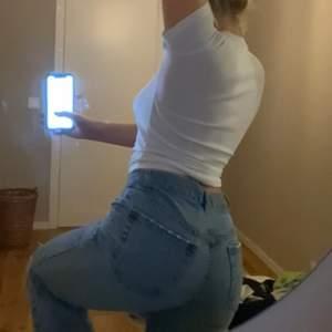 Ljusblåa vintage jeans med hål för ena knät. Storlek s-m ungefär waist 28 råa sömmar ner till