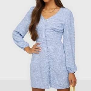 Jättefin klänning från Nelly x Glamorous, strl 36. Slutsåld på hemsidan på bara 10 minuter🦋 Klänningen är oanvänd med lappen kvar 🤍 Säljes pga fel storlek. Obs! Klänningen är mer ljusblå i verkligen än på min bild.