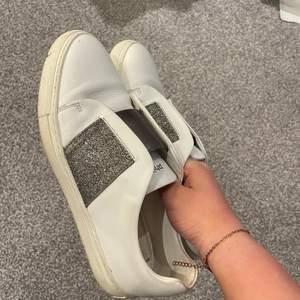 Hej, säljer dessa skor om jag köpt här på plick, säljer för att dom va för stora för mej ( köparen står för frakt )💕