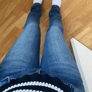 Lågmidjade raka jeans från en gammal forever 21 kollektion. Aldrig använda 💗💗 för långa för mig, skulle passa någon runt 165 cm