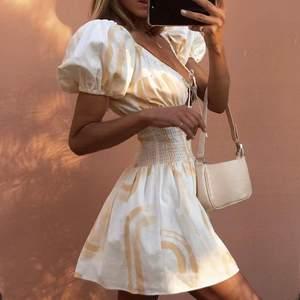 """Säljer den populära och slutsålda klänningen """"Jorja Dress"""" från SABOskirt som passar perfekt till sommaren! Tyvärr var den för liten för min smak och det blir för struligt att returnera till Australien. Fick hem den igår (kvitto finns) så den är aldrig använd, endast provad.  Köpt för 92$. Skriv för mer bilder⭐️⚡️🌝"""