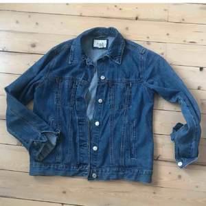 Jeansjacka, sparsamt använd. Köparen står för eventuell frakt. 🌸