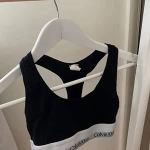En svart calvin klein topp som är använd max 2-3 gånger. Tvättar plagget innan säljning. Frakten står köparen för. Skriv om ni har några funderingar !!🤍💓🌸