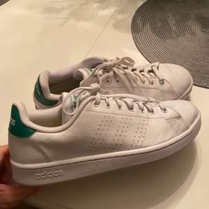 Säljer mina Adidas Stan Smith då de ej kommer till användning, Är använda men i bra skick och ger ett fint helhetsintryck. storleken är 44 2/3, (jag brukar ha 44 och de passar mig bra) Hör av er vid fler frågor/bilder!