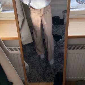 Säljer dessa beiga kostymbyxor med pressen i fram från Venderbys i storlek XS som är slutsålda. Nypris 542kr och säljer för 390kr