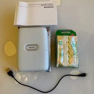Säljer en sprillans ny Instax Mini Link! Ni kanske känner till Fujifilm kameran och vill ha den? Stop där! Här har vi den mest praktiska fujifilm produkten. Detta är som en mini kopiator, du kopplar den till din telefon via bluetooth och går in i Instax Mini Link appen där du kan VÄLJA BILDER FRÅN DIN TELEFON SOM DEN HÄR KOPIERAR UT I SMÅ SÖTA BILDER! Wow! Exakt som den populära kameran bara att man inte behöver ta århundraden på dig för att hitta en fin position för kameran eller ta om bilderna för att de blir svarta! Plus, i appen kan du lägga till så mycket extra på korten! Stickets, ramar, collage, fler än en bild på ett kort mm. Det ingår även 20 stycken filmer! Nypris runt 1500 jag säljer för 900