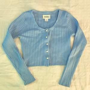 Säljer min pastel blåa tröja från monki i storlek XS