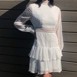 Fin, vit sommarklänning med hög hals och skira armar. Denna är perfekt till exempelvis student eller skolavslutning. Från Shein med inköpspris på 329kr. Jag är 167 cm lång. Råkade beställa två klänningar och denna är därmed oanvänd och endast provad.