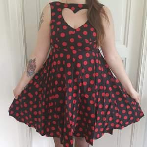 Svart Rockabilly klänning med röda prickar och vackra detaljer.