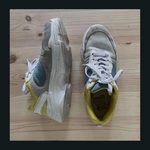 Chunky sneakers från Ellos. Lätta och sköna skor! Använt men okej skick💖 Stl 39 💸 50 kr 📦 Köpare står för frakt, eller möts upp i Linköping 🤍 DM vid intresse och frågor