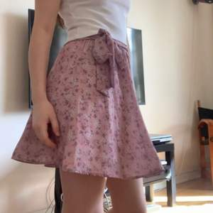 Dirty pink, purple, cute skirt. Bought in the Netherlands, perfect conditions and barely used. It's elastic so it fits xs-s and s-m.
