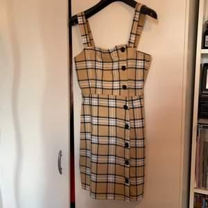 2 rutiga klänningar. Super fina till sommaren. 90kr/styck elr 150kr för båda 👍🏼