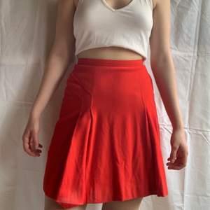 Söt röd kjol som tyvärr är lite solblekt men inget som är jättesynligt. PM vid fler bilder osv🍓🍓