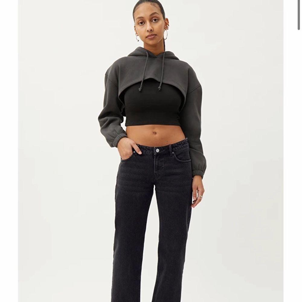 Säljer dessa assnygga lågmidjade jeansen strlk 30/32 (små i storleken) passar mig som oftast har 36/38 i jeans. Har aldrig använt de❤️❤️. Jeans & Byxor.