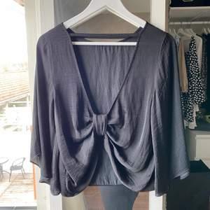 Säljer min jättefina tröja i satin/silke från ginatricot. Vida ärmar, rosett i ryggen och tunt och luftigt material! Då det inte är min stil längre letas de ett nytt hem 😇  jättefint skick & köparen står för frakt 🥰