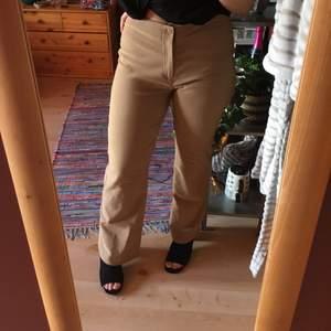 Kamelbruna kostymbyxor med bootcut från 90-talet som sitter bra över låren & röven, oanvända! Storlek 40 men sitter perfekt på mig som är en S