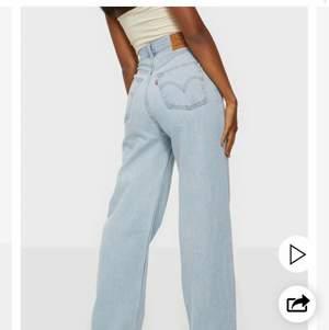 Fina jeans från Levi's i modellen high loose, storlek W27 L31. Mycket fint skick men är tyvärr för stora på mig. Fler bilder kan fixas vid intresse!