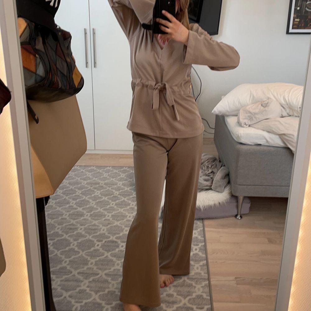 Bekvämt, snyggt, billigt två set från Gina Tricot, har använts en gång . Klänningar.