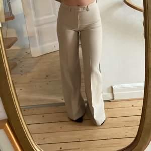 Super snygga beiga kostymbyxor. Köpta second hand. Sitter tight vid midjan och höften men blir vidare ner till. Pris går att diskutera💕💕