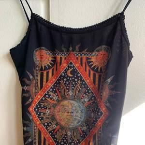 Samma här, bohemiska klänning från Urban outfitters, köpt u Dubai och aldrig använd 🥺💗