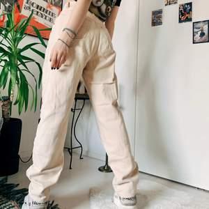 Beige vintage jeans från märket Detroit. Storlek s/m, jag är xs och 155 cm och de är för stora & långa på mig. Perfekta baggy jeans! I superbra kondition.