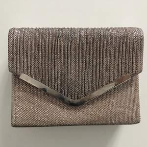 Säljer så fin clutch-väska i glitter, använd endast en gång❤️